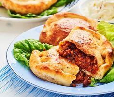 Delikata piroger med en umamirik fyllning gjord på gröna linser, svarta bönor stekta i en underbar marockans kryddblandning. Toppa fyllningen med riven ost, gör små paket och grädda tills pirogerna är frasiga och gyllene. Servera med salladsblad och en krispig fänkålssallad med smak av persilja.