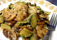 I bought some zucchini at a farmers market today. In the fridge, I had fresh mushrooms and decided on this recipe. Its a great way to enjoy garden vegetables of the summer season. This can easily be expanded for more servings. (easy pasta sauce for one) Courgettes Weight Watchers, Plats Weight Watchers, Pasta Recipes, Dinner Recipes, Cooking Recipes, I Love Food, Good Food, Garlic Pasta, Zucchini Pasta