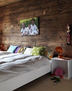 El muro en madera está genial, también lo podemos hacer como fotomural, si te gusta, llámanos