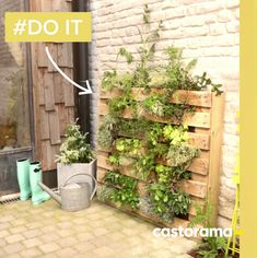 DIY: Make a green wall with a palette. Vegetable pallets, for . Outdoor Furniture Plans, Pallet Furniture, Modern Shelving, Vertical Gardens, Balcony Garden, Wall Colors, Outdoor Structures, Green, Plants