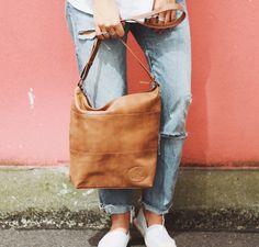 Schlichte Eleganz ist für die Tasche 'Zahara' eine Selbstverständlichkeit. Leise und doch besonders schmückt sie Dich und macht Dich zum Blickfang auf der Straße. Das weiche Ziegenleder schmiegt sich dabei angenehmn an Dich und Dein Outfit an und bringt den natürlichen Hauch hinein - Ledershopper - Gusti Leder - 2M45-29-1