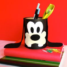 Homework is fun when your favorite Disney pal, Goofy, is there to lend a hand. Turn a recycled oatmeal container into a Goofy pencil caddy!