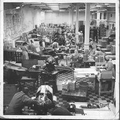 De Faam in 1936, het jaar dat de suikerwerkenfabriek het 125-jarig bestaan vierde.  Links aan de muur de muurschildering 'Het Suikeroompje' van Jan Strube, die waarschijnlijk van na 1953 dateert. We vragen ons af die schildering nog ergens onder een van muren zit, die we vorige week gefotografeerd hebben. In de gedigitaliseerde archieven van de gemeente Breda en in onze eigen archieven is het een en ander over Jan Strube te vinden, maar niets over 'Het Suikeroompje'.