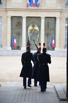Entrée du Palais de l'Elysée, rue du Faubourg Saint-Honoré. Relève de la Garde Républicaine.