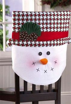 Ideas para hacer cubresillas navideños en fieltro y tela06 Christmas Sewing, Plaid Christmas, Christmas Home, Christmas Wreaths, Christmas Crafts, Christmas Chair Covers, Christmas Decorations For The Home, Snowman Crafts, Deco Table