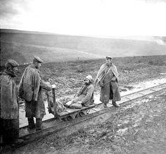 transport de blessé A partir de 1915, les trains à voie étroite de 0,60m ont circulé aux abords des fronts pour acheminer les différents matériels pendant la guerre de 1914-1918.