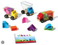 Drie vrolijke vrachtwagens zijn op weg naar hun volgende bestemming. Ze moeten verschillende pakjes oppikken, maar gaan die wel allemaal in hun laadruimte passen? Kan jij hen helpen?  Trucky 3 groeit mee met de vaardigheden van je kind. De allerkleinsten gebruiken de vrachtwagens eerst als speelgoedauto's, die ze kunnen vullen, leegmaken en waarmee ze kunnen rondrijden. Voor oudere kinderen is het een puzzelspel met 48 opdrachten, eerst eenvoudig, daarna steeds uitdagender. PL+65