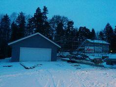 Garaget gör framsteg och byggställning för huset på plats.