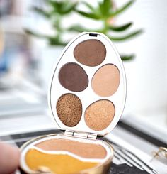 I Heart Revolution Surprise Easter Egg, the beauty lover's Easter treat, Contains highly pigmented eyeshadows and highlighters at budget prices. Cruelty-free makeup.