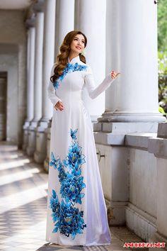 Vietnamese Traditional Dress, Vietnamese Dress, Traditional Dresses, Oriental Fashion, Asian Fashion, Mein Style, Mode Hijab, Indian Dresses, The Dress