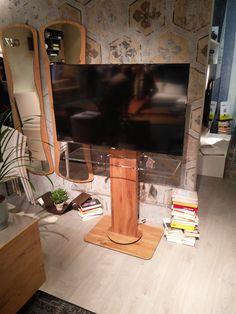 TV Ständer UNO von Ozzio Italia - Jetzt neu in Holz - stufenlos per Fernbedienung in der Höhe verstellbare Fernsehhalterung