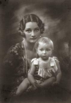 H.K.H. Astrid, Prinses van België met Prinses Josephine-Charlotte van België. 1929, bromide foto formaat 16 x 22 cm. Foto gemaakt door Robert Marchand, uit de verzameling van Wilfried Vandevelde.