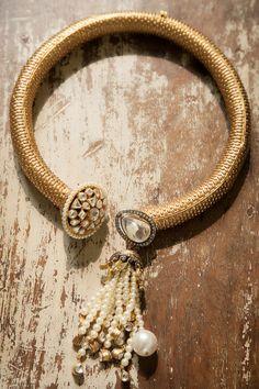 Hasli with pearls hanging India Jewelry, Gems Jewelry, High Jewelry, Wedding Jewelry, Jewelery, Kundan Bangles, Imitation Jewelry, Gold Set, Jewelry Patterns