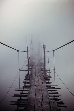 Puente en la niebla sobre el río Yuzhny Bug, Vinnytsia, Ucrania.