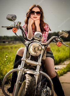 Девушка из плейбоя на фоне мотоцикла, красивое порно большой хер
