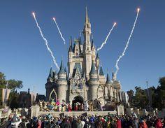 A Disney é um dos destinos mais procurados pelos brasileiros. Que tal conhecer os parques e lojas desse local? Embarque em uma viagem para Orlando!
