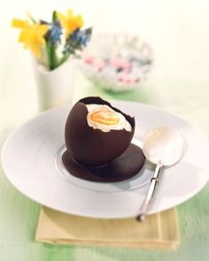White mousse in a chocolate egg shell - sweet idea for Easter: eatsmarter. Informations About Weiße Mousse in Schoko-Eierschale Pin You can ea Easy Easter Desserts, Easter Recipes, Holiday Desserts, Holiday Recipes, Party Recipes, Holiday Parties, Dessert Simple, Desserts Ostern, Mousse Dessert