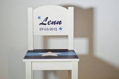 Stoeltje Lenn; beschilderd n.a.v. geboortekaartje prettyraw.nl