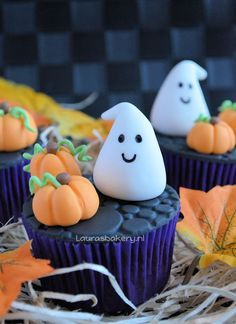 Of Course, such a unique festival. Can not lack of special food. The most irresistible are a variety of desserts with terror as their theme. Halloween means it's the time for munching on those creamy, delicious and moist Halloween cupcakes. Halloween Desserts, Muffin Halloween, Bolo Halloween, Postres Halloween, Halloween Cupcakes Easy, Fete Halloween, Halloween Cookies, Spooky Halloween, Halloween Costumes