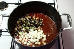 Skær aubergine i små tern, drys med salt, og lad dem trække 15 minutter. Dup med køkkenrulle, og rist dem 2-3 minutter i lidt olivenolie. Gem de ristede aubergine til senere. <BR> <BR> Brun kød