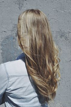 www.healthyhair.fi #healthyhairfinland #longhair #blonde #highlights #honeyblonde