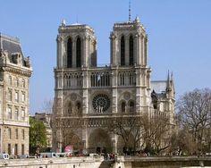 La cathédrale de Notre-Dame est une attraction touristique majeure dans #Paris.