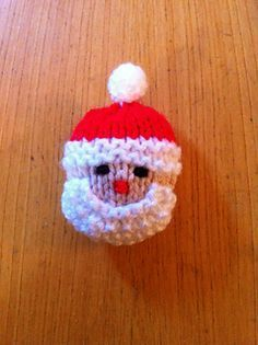 Santa and the Snowman Brooches. Free knitting pattern.