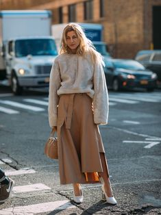 Neutral dressing isn't just for minimalists, and it certainly isn't boring. Check out some of the best looks from our favorite street style stars. Office Wear Women Work Outfits, Casual Work Outfit Summer, Office Outfits, Casual Office, Beige Outfit, Neutral Outfit, Urban Street Style, Street Chic, Urban Style