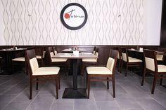 Ein japanisches Restaurant mit eleganter Einrichtung ganz ohne die üblichen Bambusstäbe und stoffbezogenen Laternen. Stilsicher, schöne Atmosphäre und eine tolle Location.