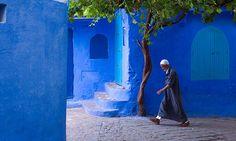 На севере Марокко есть небольшой город Шефшауэн. Его смело можно назвать «голубой мечтой», потому что в старой части города встречаются дома всех оттенков синего: от светло-голубого до ультрамарина.