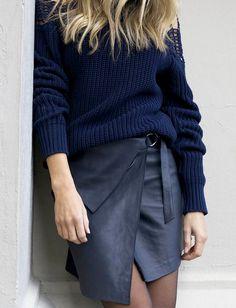 Pull masculin bleu marine + jupe portefeuille en cuir = le bon mix
