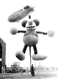 This giant Mickey Mouse balloon, shown here in Glendale, Calf., floated down Broadway in 1934 and required 25 handlers. Vintage Photos of Macy's Thanksgiving Day Parade Balloons Macys Thanksgiving Parade, Happy Thanksgiving Day, Vintage Thanksgiving, Thanksgiving Ideas, Vintage Christmas, Disney Princess Facts, Disney Fun Facts, Disney Princesses, Mickey Mouse Balloons