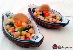 Cómo preparar una sencilla y rápida ensalada de garbanzos. Una receta sin complicaciones que se hace en un plis plas. Perfecta para llevar en el tupper.