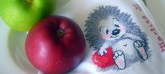 Servilleta bordada a punto de cruz con un erizo y una manzana