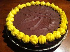 Alt blir bedre med sjokolade. Det er jeg helt overbevist om. Denne varianten av den klassiske suksessterten har litt sjokolade i bunnen og et sjokoladetrekk på toppen. En fantastisk forbedring, spø… Norwegian Food, Norwegian Recipes, Cake Recipes, Gluten, Pie, Baking, Desserts, Cakes, Board