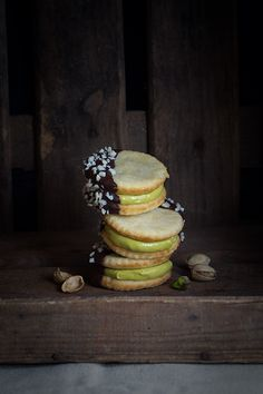 cookies stuffed with pistachio cream (in Spanish) Delicious Cookie Recipes, Yummy Treats, Sweet Recipes, Sweet Treats, Pistachio Cream, Biscuits, Pastry And Bakery, Bakery Recipes, Cookies
