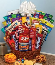 Leave a lasting impression on that special someone. Send the Super Sweet Snack Gift Basket today! Overflowing with sweet treats and savory snacks, this unique gift basket will bring a genuine smile to your recipient's face. Contents may vary. Candy Gift Baskets, Candy Gifts, Basket Gift, Bar Gifts, Food Gifts, Gourmet Baskets, Food Baskets, Junk Food Snacks, Chewy Candy