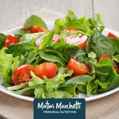 Ingredientes: lechuga, tomate, albahaca, aceite de oliva y sal. Cortar las verduras, mezclar y condimentar.