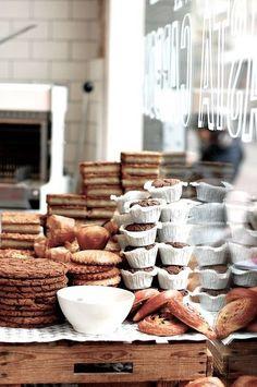 Bakery shop - Amsterdam Présentoir d'organisation atypique donnant un aspect fait maison