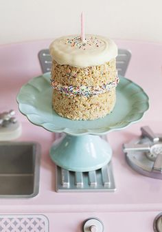 Have a birthday coming up in your family? Surprise the birthday boy or girl with this delicious Eggo Krispie Breakfast Birthday Cake recipe that's sure to start the day of celebration joyously. Recipe courtesy of Jessica James. Birthday Treats, Birthday Cake, No Bake Desserts, Delicious Desserts, Cake Recipes, Dessert Recipes, Yellow Cake Mixes, Cake Ingredients, Jessica James