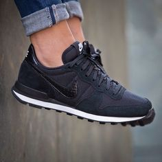 Nike Internationalist black: the only sneakers I ever saw which look good in black! Nike Internationalist Black, Sweat Style, Cute Shoes, Me Too Shoes, Basket Style, Nike Wmns, Nike Shox, Sneaker Stores, Crazy Shoes