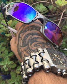 .::Douglas X-Ports::.   QUALIDADE ÚNICA -Tudo o que você precisar para seu óculos da OAKLEY esta aqui-  Pagamento facilitado no cartão de Débito e Crédito em até 12x   Whats/Claro (16) 9 9386-2154   Segue lá no Instagram @douglasoakleyports  #oakley #oakleybr #oclub #douglasxports #ribeiraopreto #oakleysp #oakleyvendas #oakleycustom #ostentacao #oakleyelite #oakleylandia #funkostentacao #sp #oakleyoftheday #bmw #24k #doublexx #xmetal #romeo1 #romeo2 #xsquared #mars #penny #medusa #juliet… Oakley Sunglasses, Mirrored Sunglasses, Mens Sunglasses, Juliet Oakley, Cool Hats, Thug Life, Aesthetic Grunge, Luxury Lifestyle, Zapatos