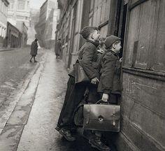 Robert Doisneau photography. Les écoliers curieux, Paris, 1953. Robert Doisneau photographs.