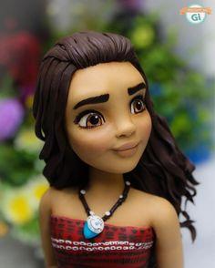 moana princess fondant cake topper ateliedogi@gmail.com Aula virtual dela: 🎥🖥www.biscuitdogi.com.br Para encomendas e-mail: 📦📬biscuitdogioficial@gmail.com ***VAGAS PARA AGOSTO!!! Parceiros marcados na foto.😊 #biscuit#biscuitdogi#coldporcelain#porcelanafria#disney#disneyinspired#princess#moana#moana🌺#princessmoana#feitoamão#festamoana#festainfantil#decoration#decoracao#artesanato#peçaexclusiva#myjob#🌺 Cake Topper Tutorial, Cake Toppers, Mohana Cake, Bolo Moana, Hawaian Party, Movie Cakes, Superhero Cake, Character Cakes, Disney Cakes