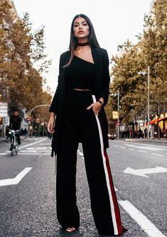 Musa do estilo: Teresa Seco. Shoker preta, maxi blazer, cropped de um ombro só, calça esportiva com listras nas laterais