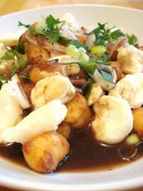 Inspirée par la poutine au gnocchis que Chéri et moi avions mangé au Macaroni Bar, j'ai décidé de tenter ma propre version de cette gourman...