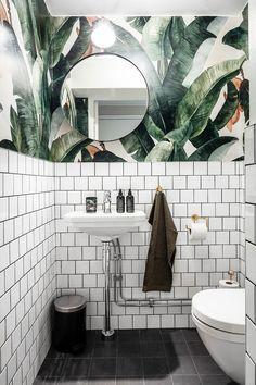 Botany Banana Wallpaper in the bathroom! Gorgeous shot by st.- Botany Banana Wallpaper in the bathroom! Gorgeous shot by Botany Banana Wallpaper in the bathroom! Gorgeous shot by - White Bathroom, Modern Bathroom, Master Bathroom, Wall Paper Bathroom, Funky Bathroom, Palm Tree Bathroom, Tropical Bathroom Decor, Bathroom Mural, Art Deco Bathroom