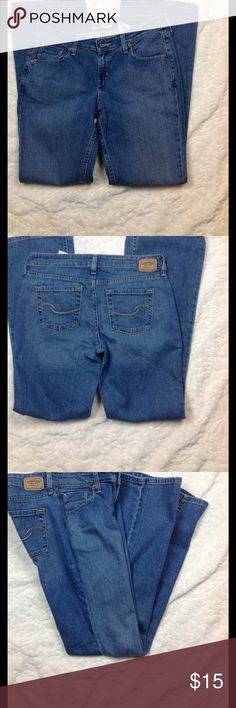 Levis Signature Jeans Low Rise Bootcut Size 6 Great like new condition Medium wash 31 inch inseam 8 inch rise 16 across waist 98% cotton 2 elastane Levi's Jeans Boot Cut