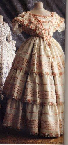 Robe à volants en soie bayadère - 1856 Victoria et Elizabeth