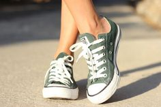 converse always look better with evenly tanned legs! Converse All Star, Mode Converse, Outfits With Converse, Converse Shoes, Custom Converse, Converse Verte, Adidas Shoes Outfit, Cute Shoes, Me Too Shoes